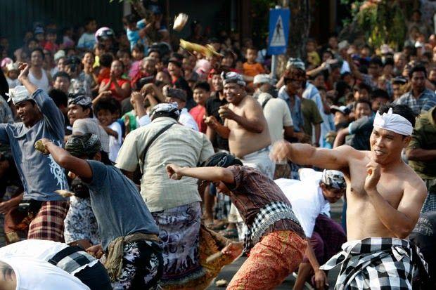 Perang Tipat-Bantal, Tradisi Unik Masyarakat Kapal Bali