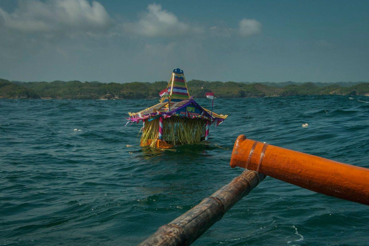 Menyelaraskan Diri dengan Alam Lewat Sedekah Laut