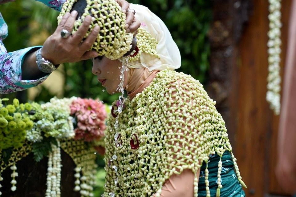 Mengapa Harus Ada Siraman dalam Pernikahan Adat Jawa?