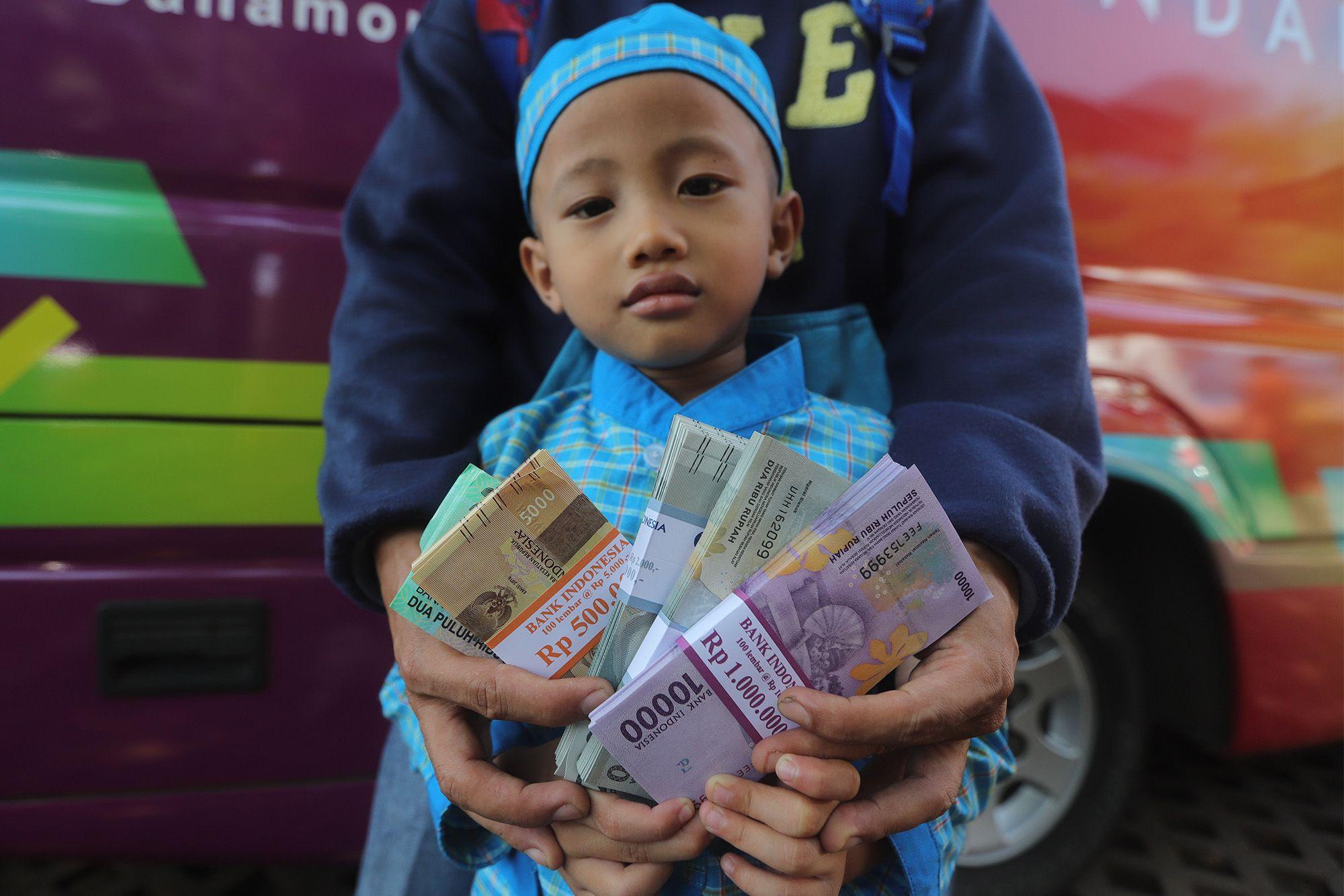 Udik-udikan, Cara Orang Jawa Bersedekah dengan Menghamburkan Uang