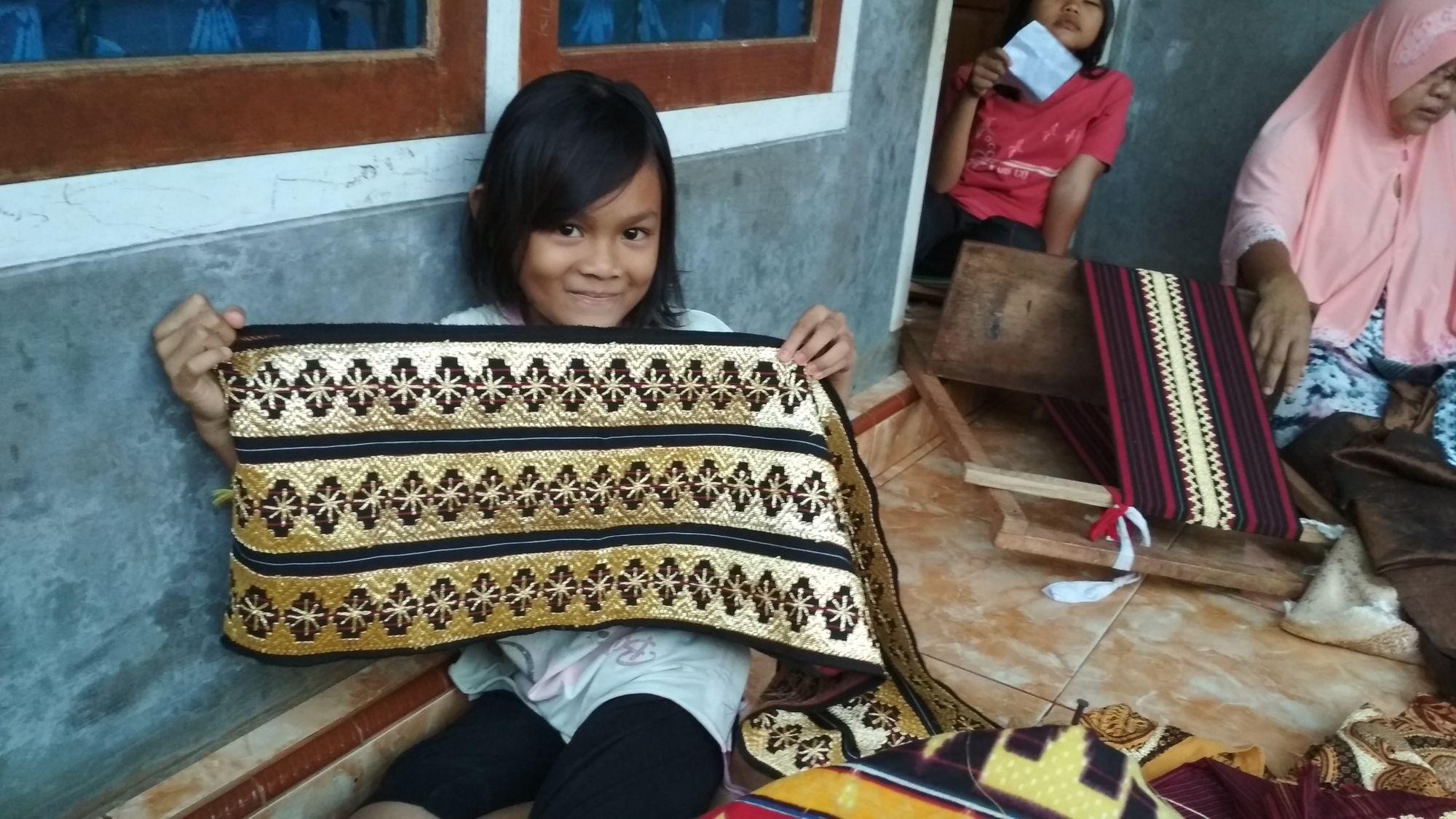 Mengenal Tapis Lampung dan Kehidupan Penenunnya