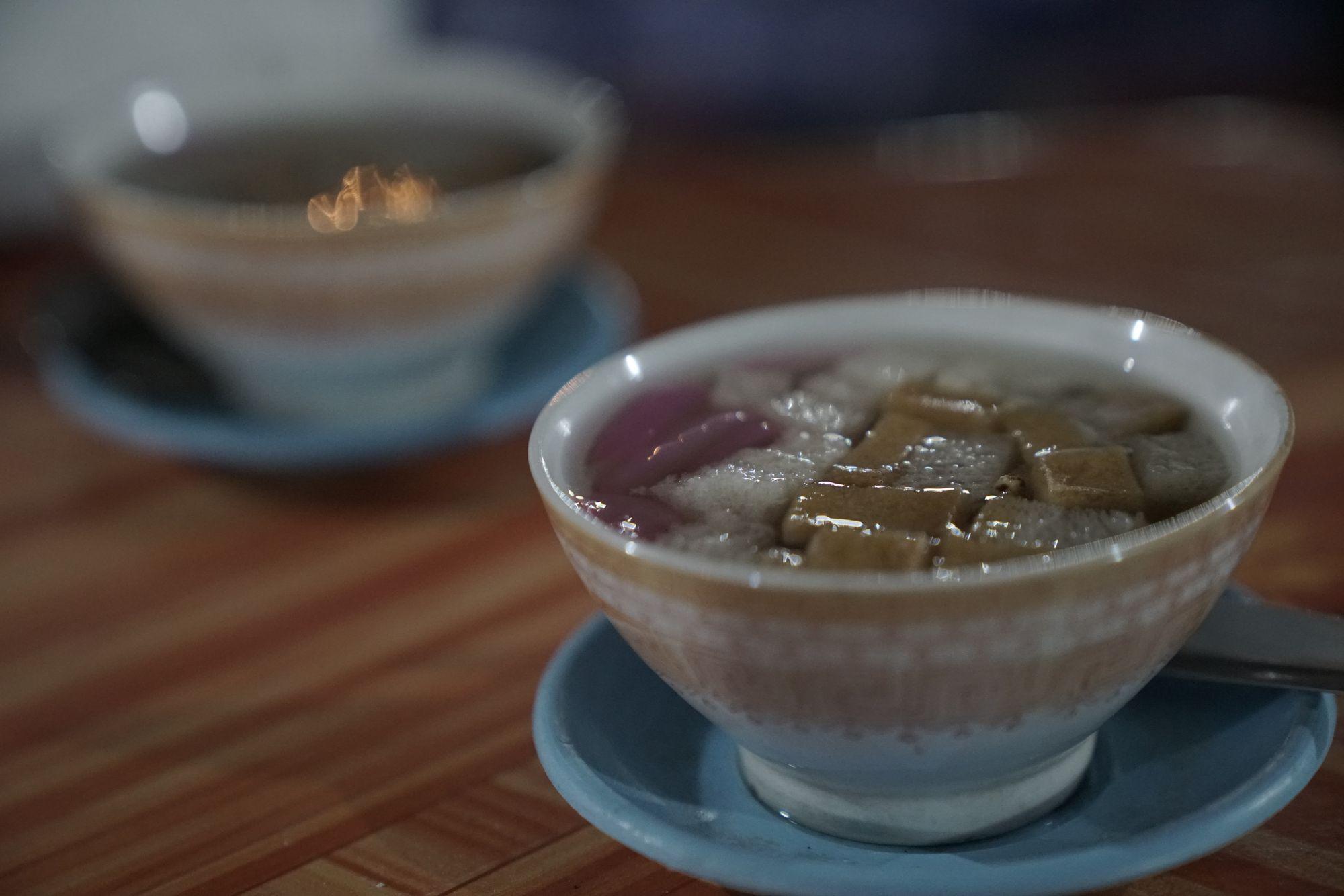Lewat Cangkir, Kita Merayakan Tradisi Menghangatkan Minuman Panas