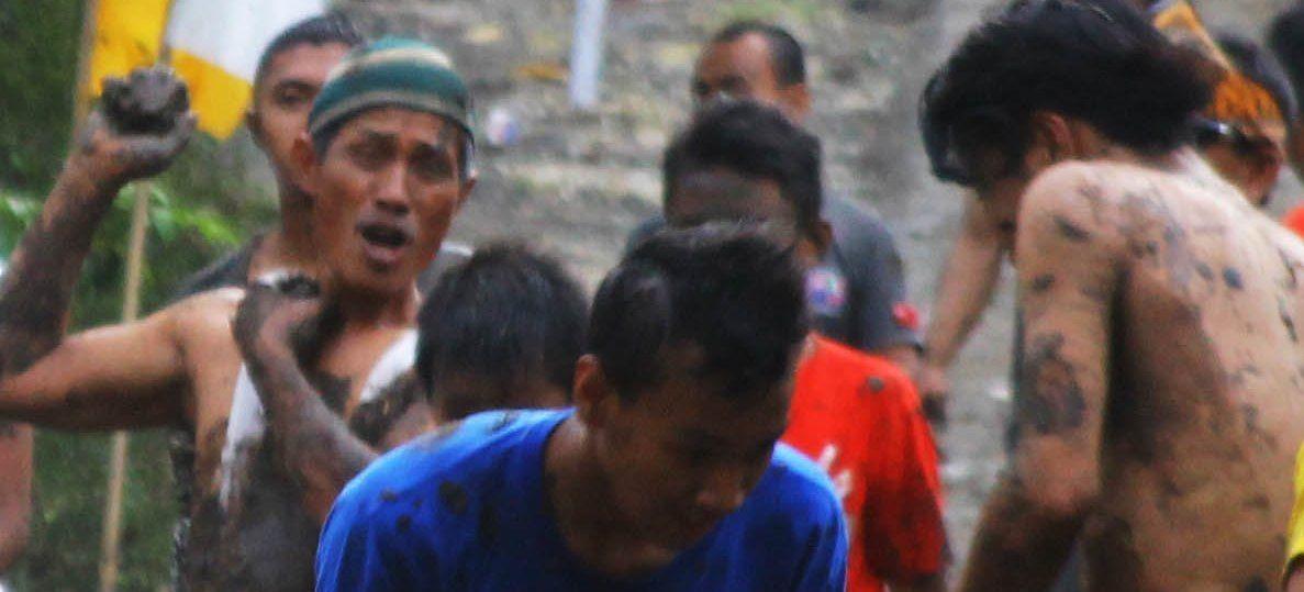 Bermain Lumpur Saat Popokan di Dusun Sendang
