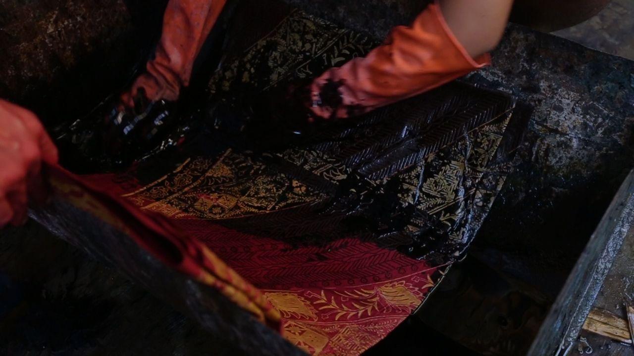 Menjaga Identitas Batik