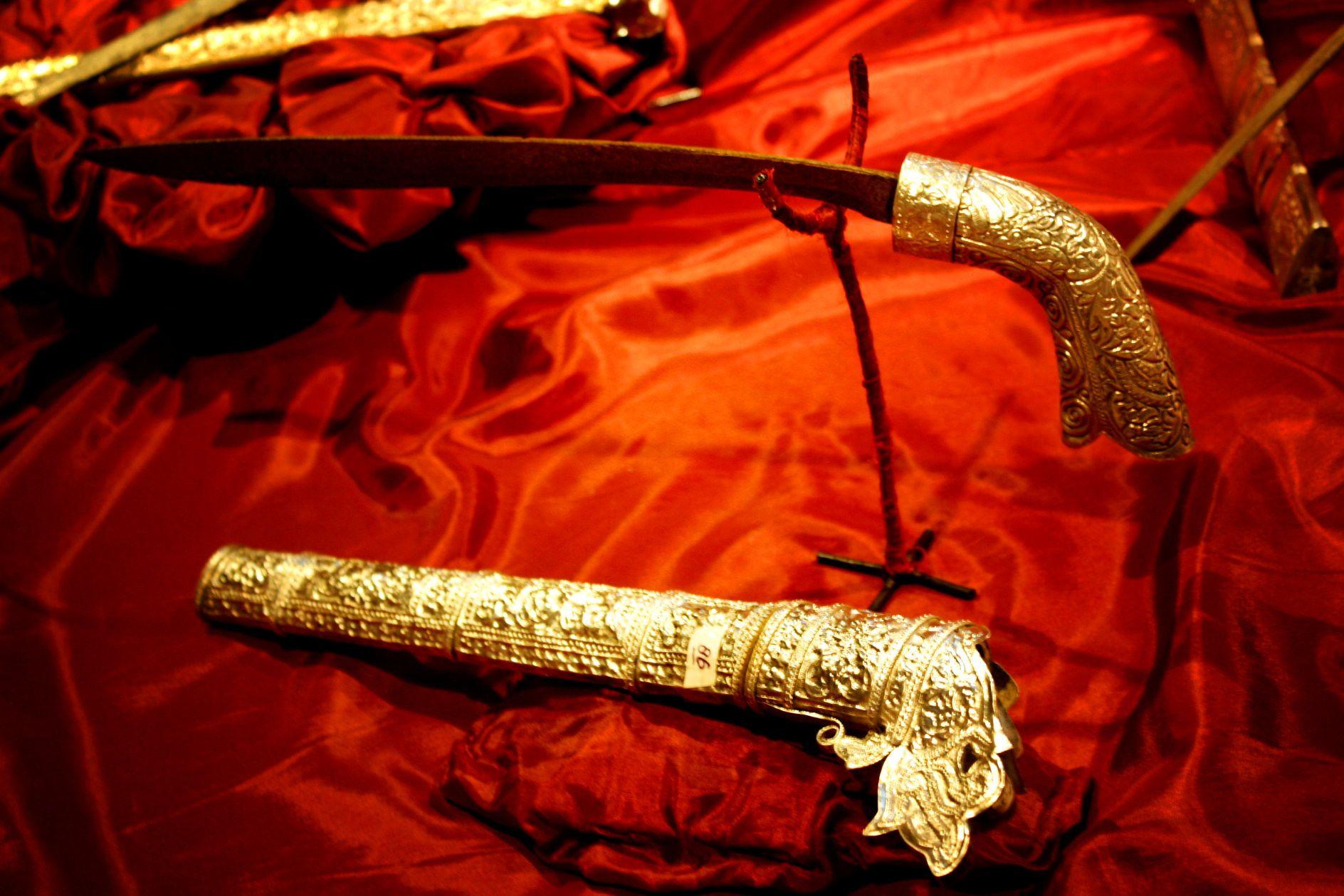 Badik: Senjata untuk Menikam, Mengobati, atau untuk Dipamer Belaka?