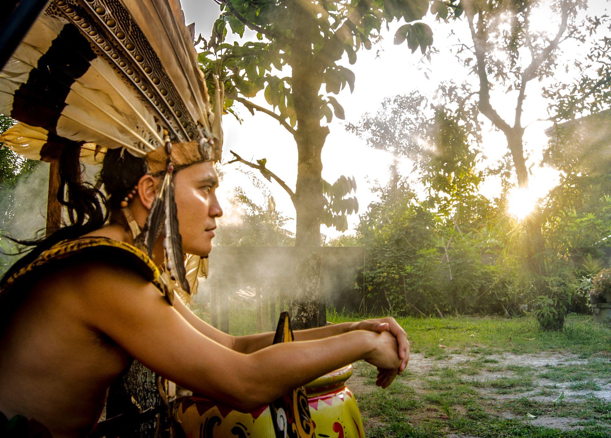 """Menjauhkan Stigma """"Si Pemburu Kepala"""" dari Suku Dayak"""