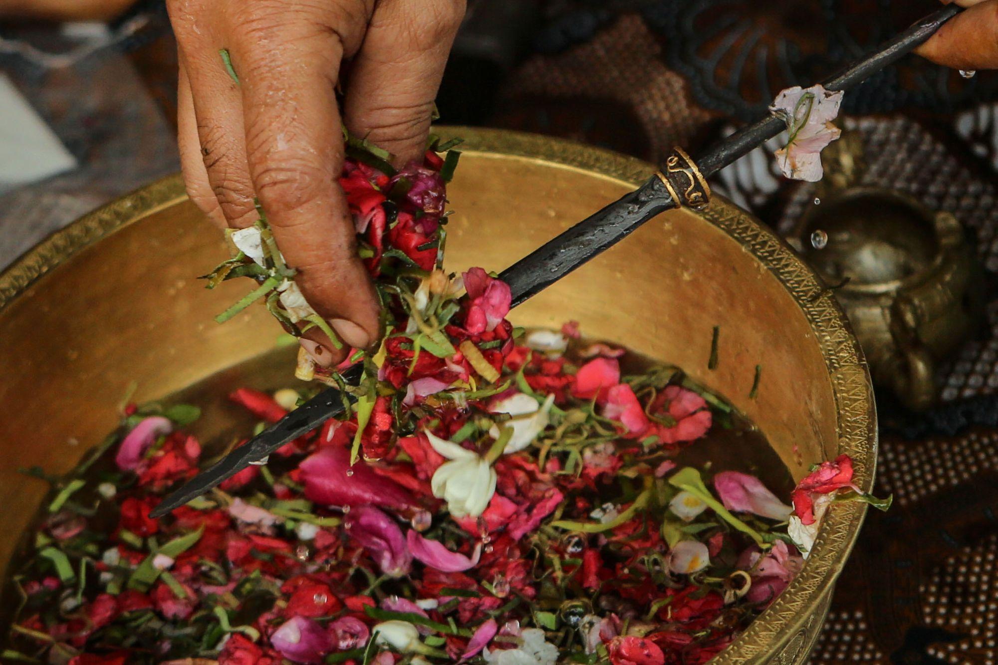 Ritual Membersihkan Keris atau Jamasan yang Dilakukan Setiap 1 Suro/ Dumaz Artadi