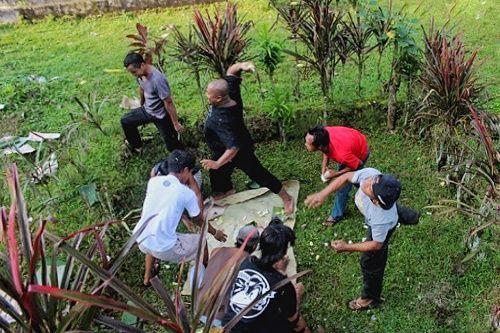 Dukutan, Tradisi Tawuran Masyarakat Nglurah Karanganyar